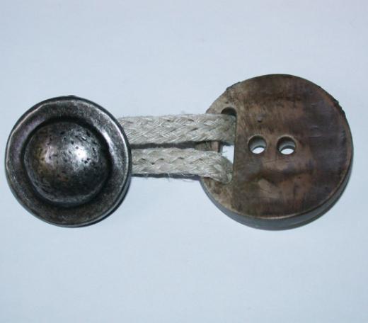 Knopfverschluss mit Kordelschlaufe