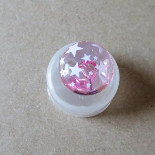 Halbrunder Knopf mit Sternen rosa